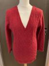 Roter Pulli mit V-Ausschnitt und schönem Strickmuster